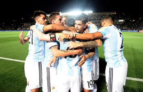 Messi no sung, Argentina tam thoi vuot kho - Anh 8