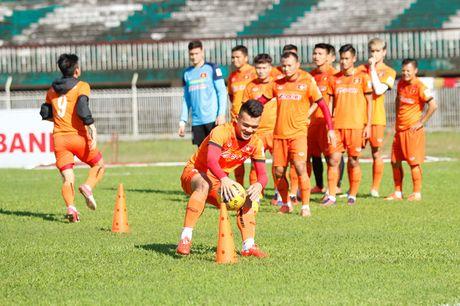 HLV Huu Thang so mat san cung o Myanmar lam cau thu Viet Nam dinh chan thuong - Anh 1