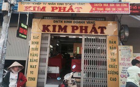 Truy tim thanh nien bit khau trang doa phong hoa tiem vang o Sai Gon - Anh 1