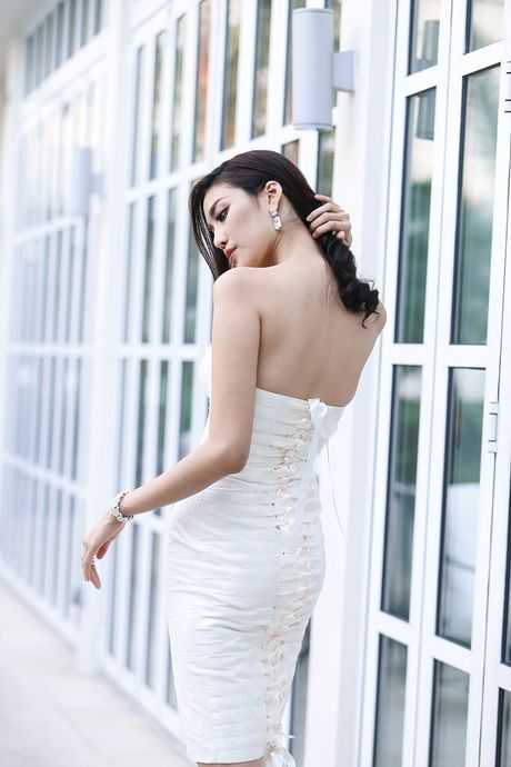 Lan Khue dieu da voi dam trang bo sat, khoe eo thon dang chuan - Anh 7