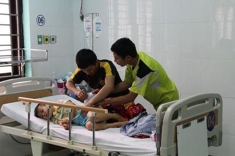 Tin nong moi nhat 16/11: Chi chet, em nguy kich sau khi an mi tom - Anh 1