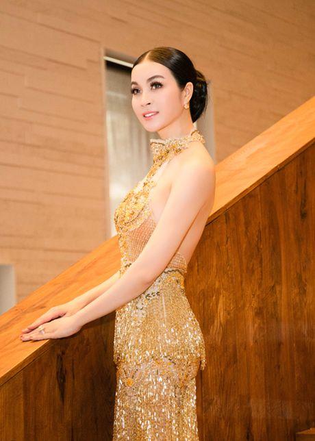 Dien vay dinh 3.000 vien pha le, MC Thanh Mai khoe voc dang goi cam - Anh 2
