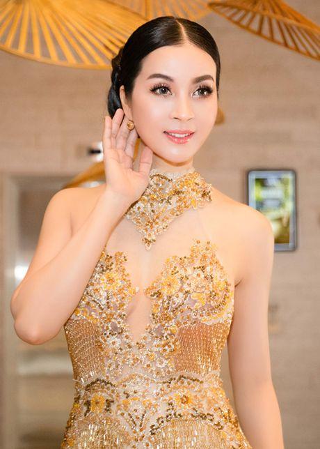 Dien vay dinh 3.000 vien pha le, MC Thanh Mai khoe voc dang goi cam - Anh 4