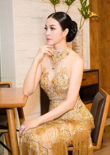 Dien vay dinh 3.000 vien pha le, MC Thanh Mai khoe voc dang goi cam - Anh 5