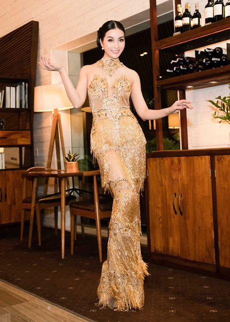 Dien vay dinh 3.000 vien pha le, MC Thanh Mai khoe voc dang goi cam - Anh 6