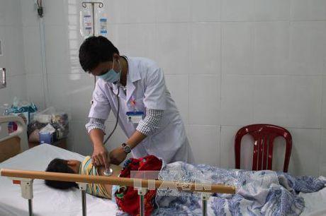 Hai chau be thuong vong nghi ngo doc thuc pham - Anh 1