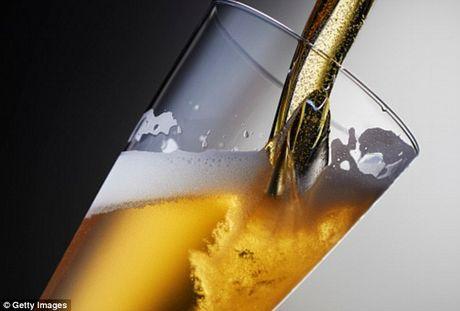 Uong ruou, bia hang ngay giup ngua nguy co dot quy - Anh 1
