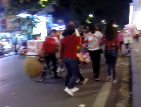 Thu doan ban tam gia 'cat co' cua nhom nu quai tren Pho di bo Ha Noi - Anh 3