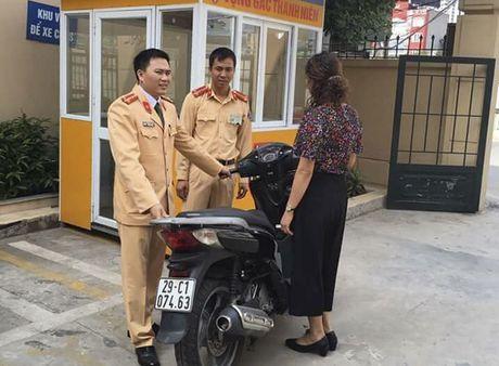 CSGT giu giup xe SH gia gan 200 trieu dong cho nguoi dan - Anh 1