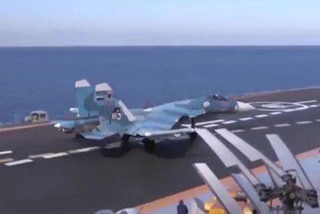 Phi co SU-33 xuat kich tan cong tu tau san bay Kuznetsov - Anh 1
