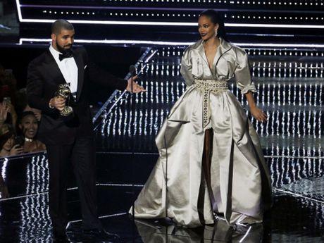 Drake va Rihanna doi dau trong danh sach de cu People's Choice Awards 2017 - Anh 1