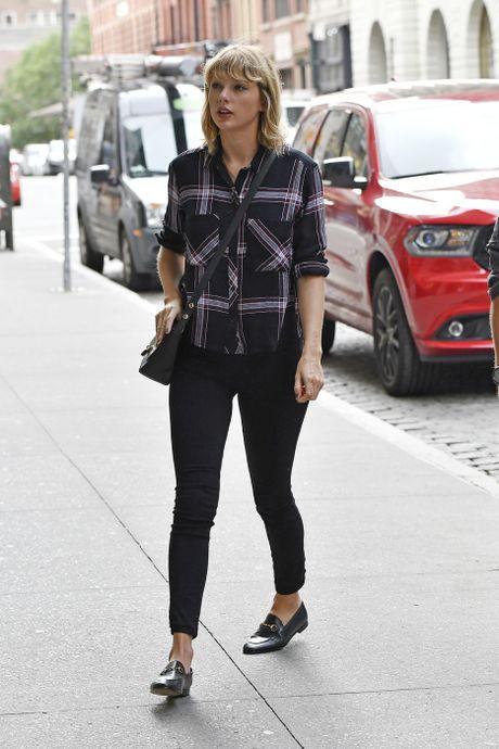 Chi voi mot chiec quan jeans, Taylor Swift bien hoa du kieu - Anh 1