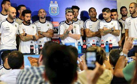 Messi dan 25 cau thu Argentina di tuyen chien bao chi - Anh 1