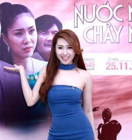Le Phuong duoc ban trai kem 7 tuoi ho tong di su kien - Anh 5