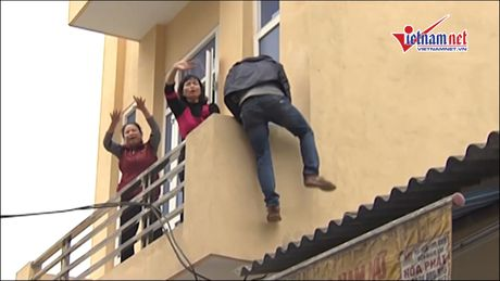 Ky nang thoat dam chay: Khong chui vao nha ve sinh - Anh 1
