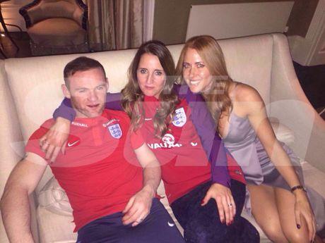 Rooney say xin 'vui ve' voi 2 kieu nu xinh dep - Anh 1