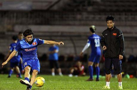 Tin nong bong da sang 16/11: Cong Phuong bi phat vi da hong penalty - Anh 1