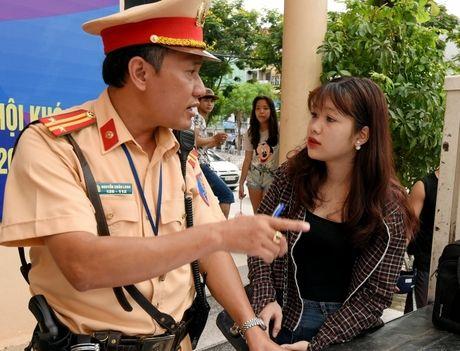 Vo muon xe chong di, co bi phat khong sang ten doi chu? - Anh 1