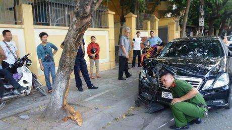 Ha Noi: Mercedes dam lien hoan 2 xe may, 4 nguoi nhap vien - Anh 2