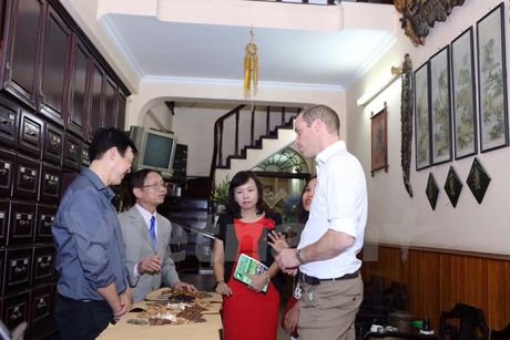 CHUM ANH: 'Co tich' ve Hoang tu Anh William tren pho co Ha Noi - Anh 2