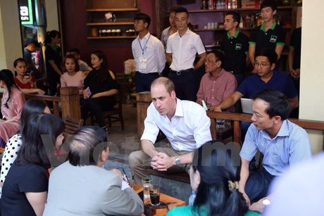 CHUM ANH: 'Co tich' ve Hoang tu Anh William tren pho co Ha Noi - Anh 8
