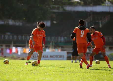DT Viet Nam miet mai 'luyen cong' duoi troi nang nong - Anh 3