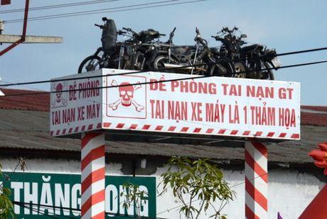 Het hon voi nhung bien bao giao thong ba dao o Viet Nam - Anh 11