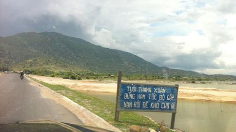 Het hon voi nhung bien bao giao thong ba dao o Viet Nam - Anh 5