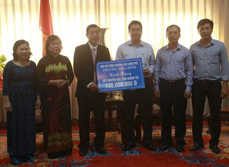 Quang Tri: Ho tro tien cho hoc sinh sinh vien ngheo - Anh 1