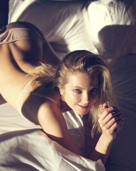 Bong mat voi hinh anh cua chan dai Victoria's Secret tren tap chi Playboy - Anh 3