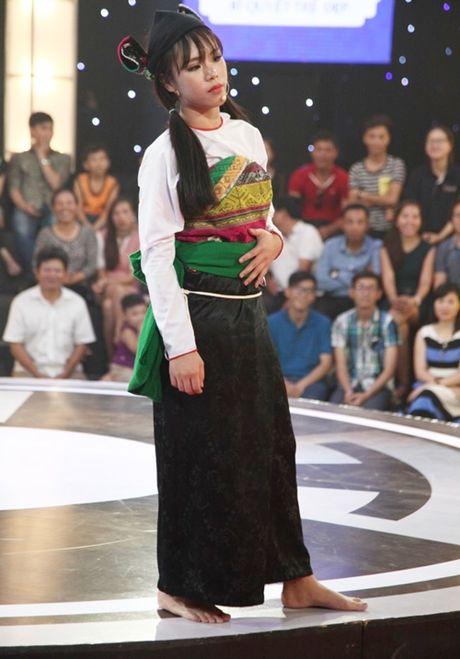 Co gai dan toc 'gai hang' Tran Thanh am 20 trieu dong - Anh 2