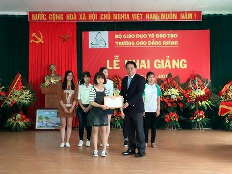 Gap co thu khoa ky la bo truong dai hoc chon cao dang duoc - Anh 1