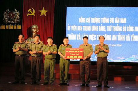 Bo Cong an ung ho nhan dan va Cong an Ha Tinh 1,5 ty dong - Anh 1