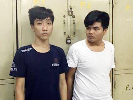 Nguoi dan Sai Gon nem ghe khien 2 ten cuop nga nhao - Anh 1