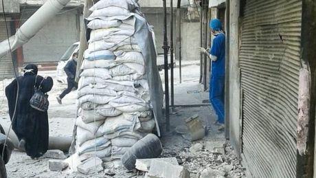 Quan doi Syria khong kich trung benh vien o Aleppo - Anh 1