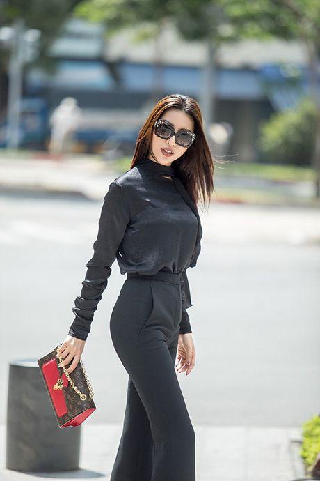 Sieu mau Kha Trang tu tin khoe eo thon, chan dai 1m19 truoc khi len duong thi Hoa hau Sieu quoc gia - Anh 3