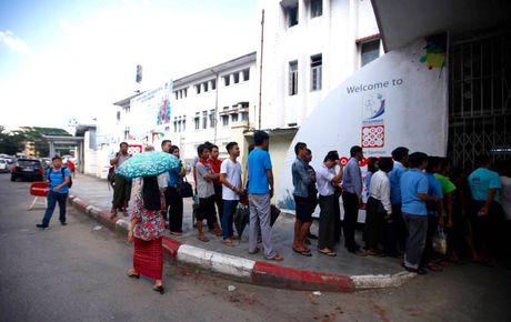 CDV Myanmar khong de y den tuyen VN khi xep hang mua ve - Anh 1