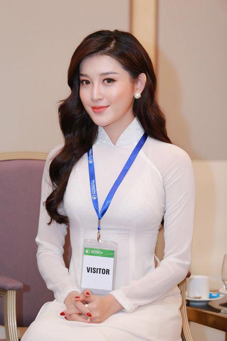 Huyen My dien ao dai trang don tiep Hoang tu nuoc Anh - William - Anh 6