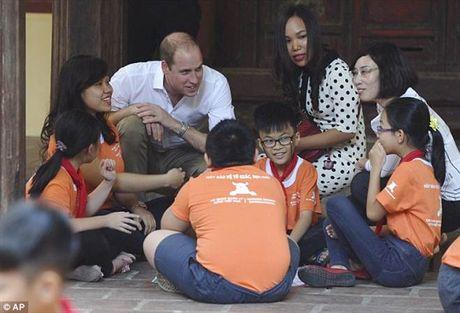 Hoang tu William da bong cung tre em Viet Nam len bao Tay - Anh 5