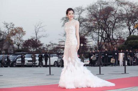 Chi Pu dang duoc showbiz Han vi voi 2 'nu than' nay... - Anh 1