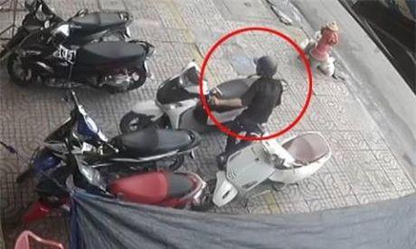 Clip: Thanh nien trom hut xe SH, bi duoi chay ban song - Anh 2