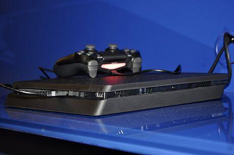 Anh thuc te may choi game PlayStation 4 moi va tay cam khong day - Anh 4