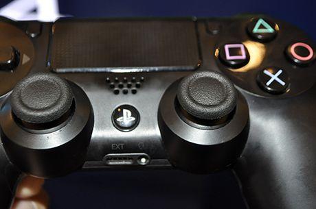 Anh thuc te may choi game PlayStation 4 moi va tay cam khong day - Anh 8