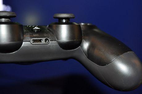 Anh thuc te may choi game PlayStation 4 moi va tay cam khong day - Anh 9
