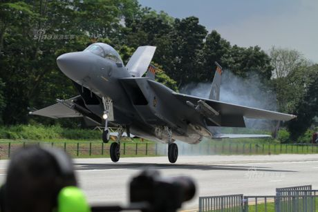 Hoanh trang tiem kich F-15/16 Singapore ha canh tren quoc lo - Anh 1
