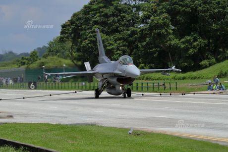 Hoanh trang tiem kich F-15/16 Singapore ha canh tren quoc lo - Anh 3