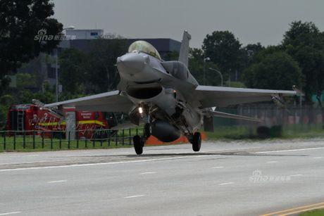 Hoanh trang tiem kich F-15/16 Singapore ha canh tren quoc lo - Anh 4