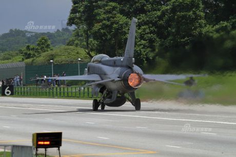 Hoanh trang tiem kich F-15/16 Singapore ha canh tren quoc lo - Anh 5