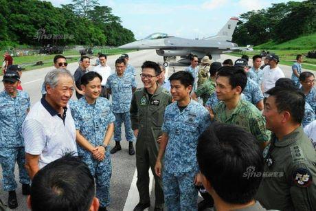 Hoanh trang tiem kich F-15/16 Singapore ha canh tren quoc lo - Anh 7