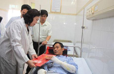 Pho Bi thu Thuong truc Thanh uy Ha Noi tham, dong vien nan nhan vu chay no tram bien ap tai Ha Dong - Anh 1